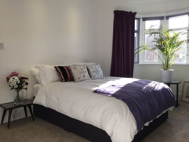 Spacious Double King Room with Private Bathroom - Lontoo - Talo