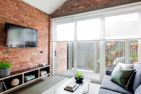 Secluded & Central 1 Bedroom Boatshed Apt for two