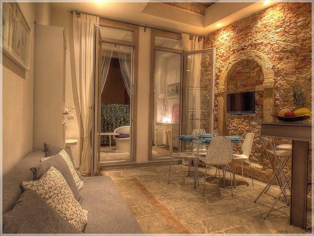 Un living accogliente e ricco di dettagli storici. A cozy living and rich in historical detail.