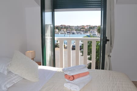 R1. COZY ROOM SEA VIEW - Jezera