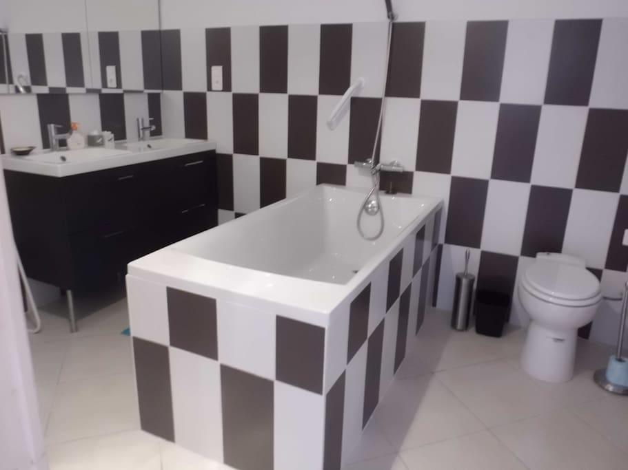 salle de bain de la chambre familiale