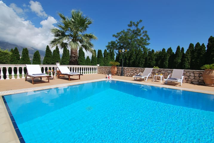 Villa Reveli, 1 BR apartment with private pool