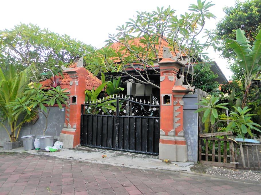 Ворота закрываются на замок.