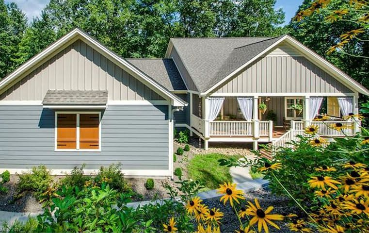 Smoky Park Serenity; close to Asheville, screened porch, fireplace & more!