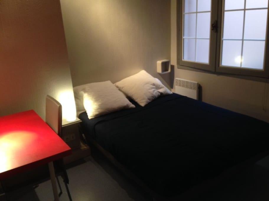 chambre 1 avec lit 2 places, bureau et placard intégré
