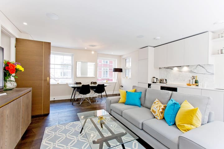 Luxury Mews Retreat with Concierge and AC