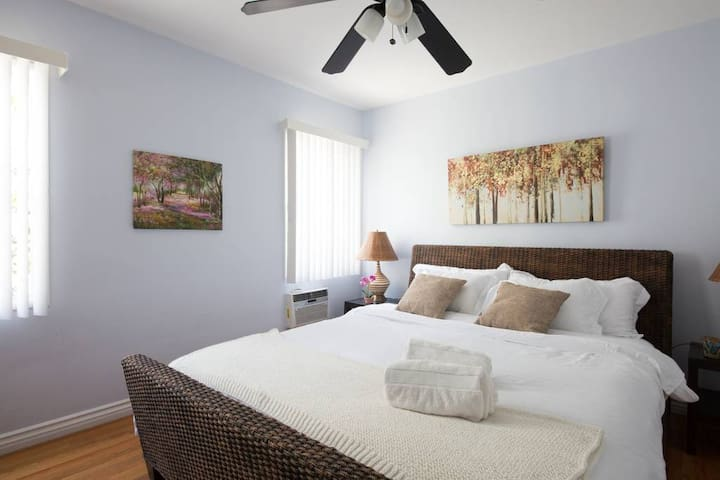 Big & Beautiful 1 BR W/ King Bed In Walkable WeHo