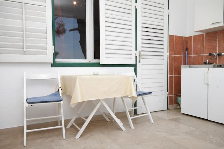 Studio flat near beach Brela (Makarska) (AS-6689-f)