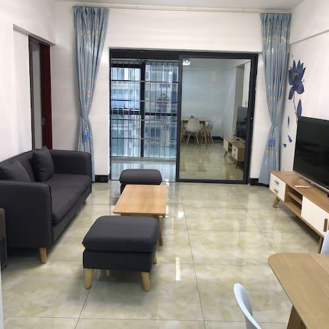 广西钦州市中心全新精装二室一厅大三床,楼下即是文峰路口公交站