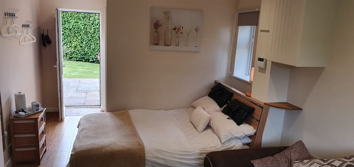 Self-contained, peaceful suite, close to beach
