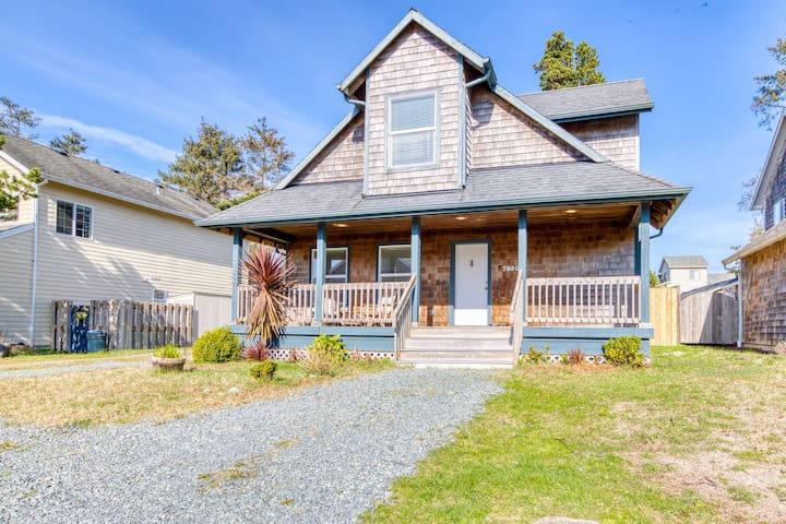 Modern dog-friendly house w/ private hot tub, gas fireplace, & free WiFi!