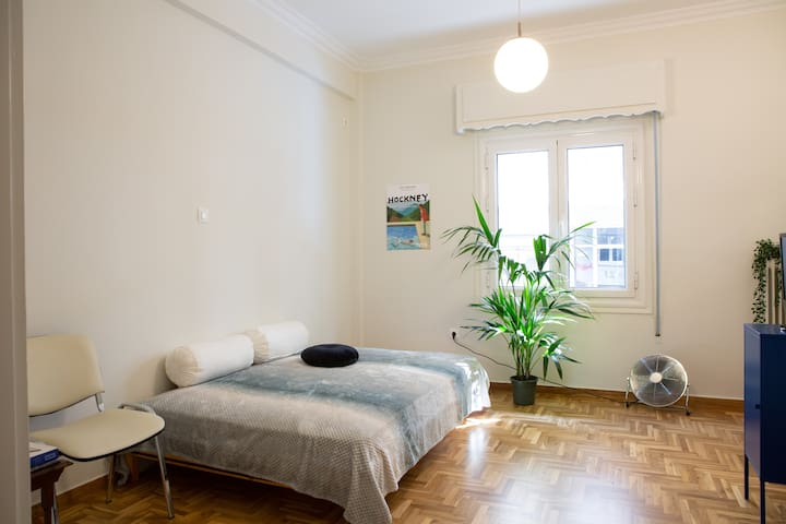 Sunny and Cozy Apartment, downtown, 1' Bus Station