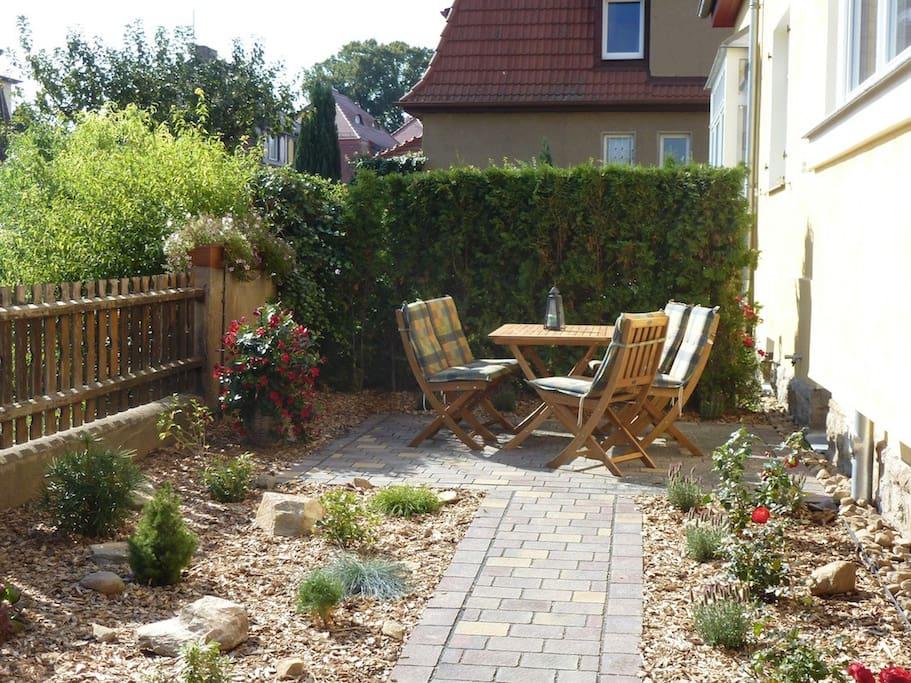 Sitzplatz mit Grill im Garten