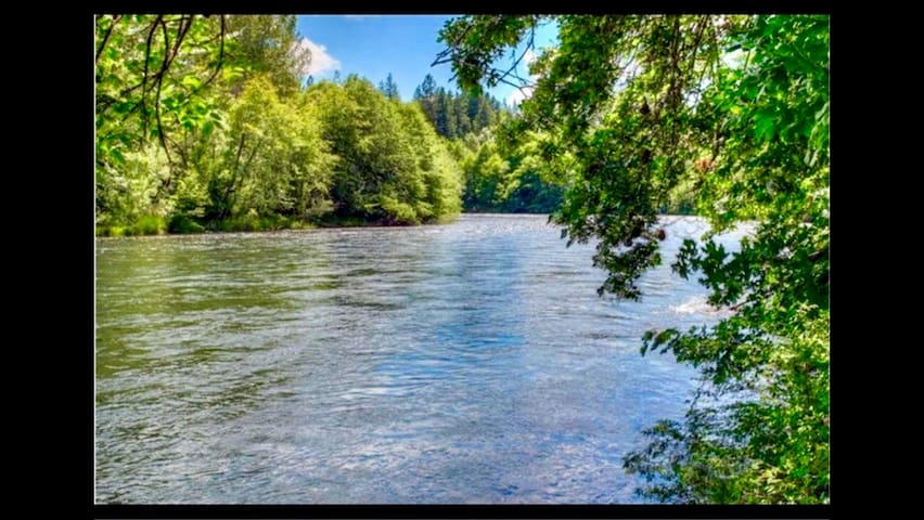 BRAND NEW River Front Getaway 1 hr to Crater Lake! - Trail - Maison