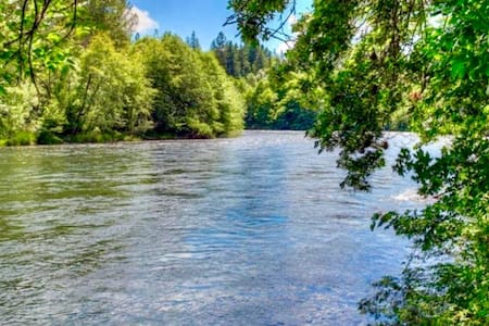BRAND NEW River Front Getaway 1 hr to Crater Lake! - Trail - House