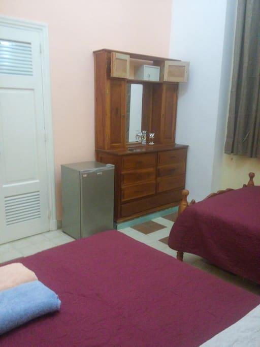 Habitación 1, minirefrigerador, espejo,gabeta, caja fuerte