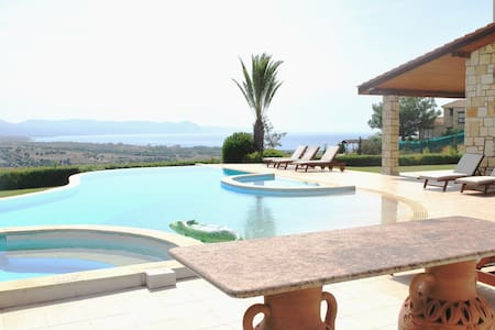 ELITE, AMAZING LUXURY LARGE VILLA sleeps 14 - Argaka