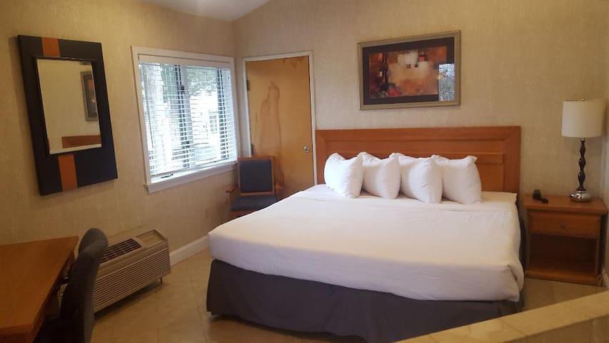 Cedar Park Inn & Whirlpool Suites