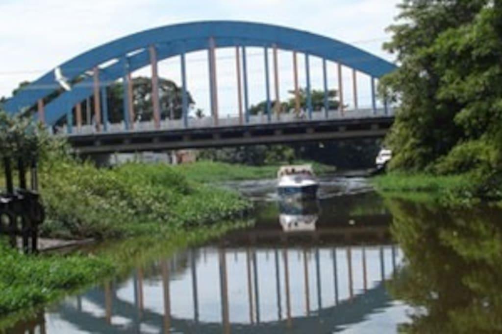 A casa fica na beira do Rio Juqueriquerê