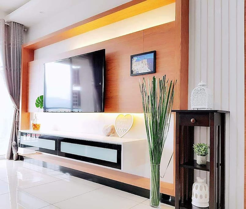 living hall with smart tv and free wifi. guest can watch local tv or any tv programme by youtube/online