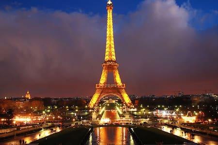 A 2 pas de la belle Tour Eiffel - ปารีส