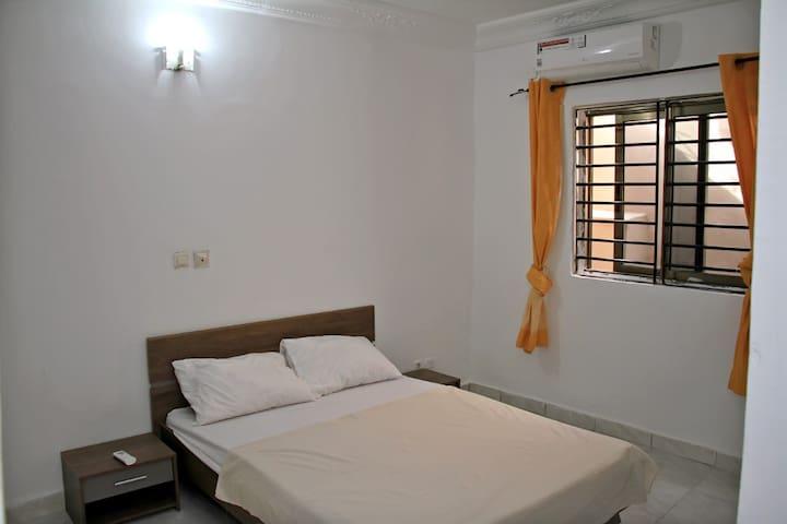 Chambre 4 au RDC- lit double 140x190, climatisée, salle de bain