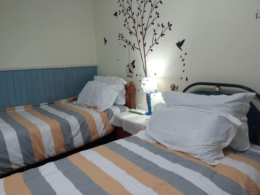 房间里有两张单人床