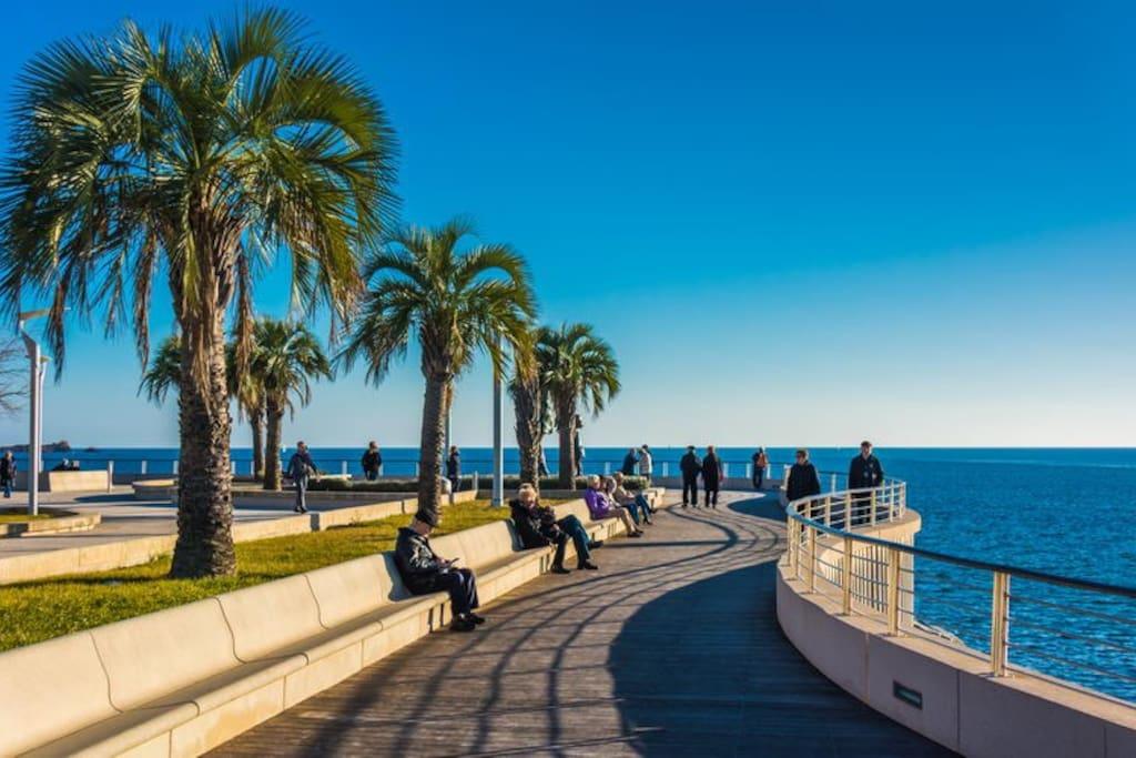 Promenade aménagée le long de la mer du port jusqu'à Saint-Raphaël à Fréjus