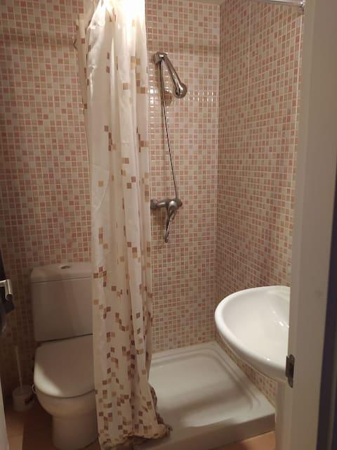 Habitación con baño privado en casa de familia