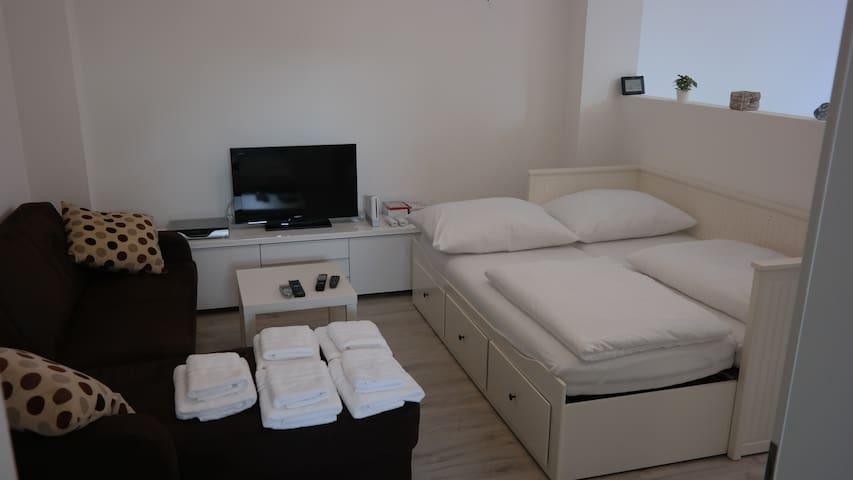 Wohn-Schlafecke; Fernseher mit Spielkonsole