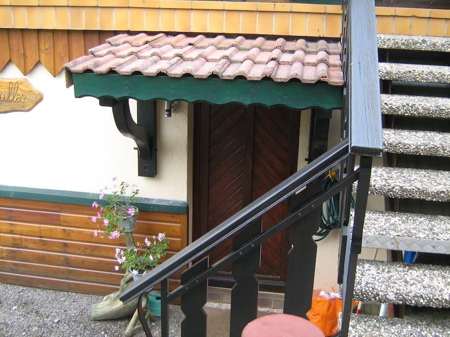 L'entrée du rez de chaussée ,accès à la laverie et au 1 er étage par l 'intérieur