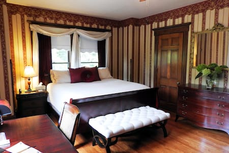 Huge Private King Bedroom in B&B - Champaign