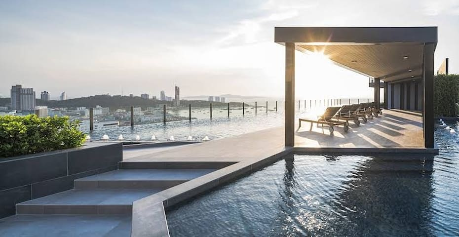 The Base rooftop swimming pool市中心芭提雅繁华地段,海边高级酒店式公寓