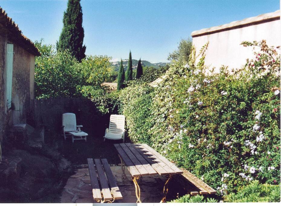 votre jardinet sans vis à vis avec table sièges et barbecue