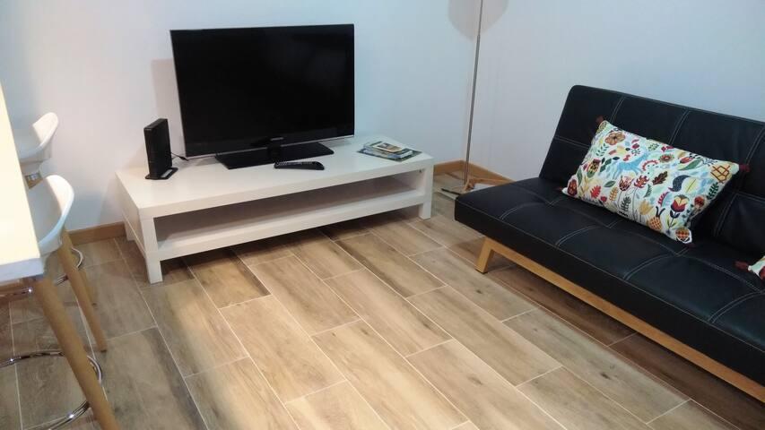 Sala, com sofá-cama.
