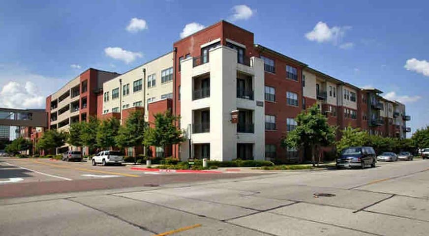 Steps away from Galleria Mall! $0 parking & 2 beds