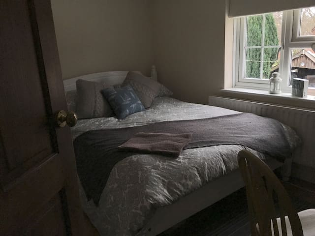 Bright room in New Forest cottage! - Lyndhurst