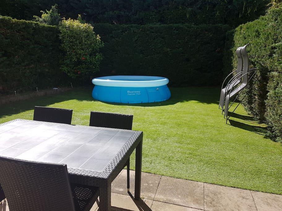 jardin avec mobilier (2transat+table avec 4chaise+petit salon table basse avec ces 2chaises+piscine)
