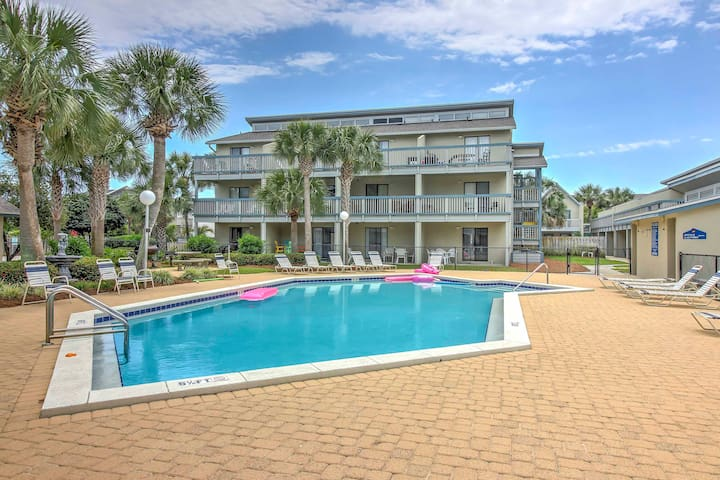 Cozy PCB Condo w/Balcony - Walk to the Beach!