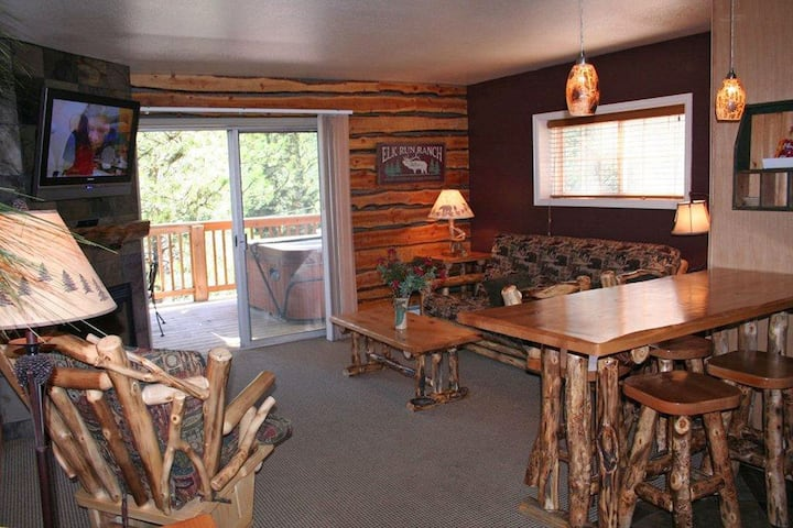 One-bedroom, two-bath condo with a full kitchen and personal hot tub