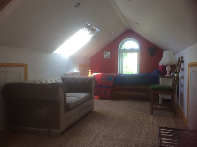 Warm, spacious loft room in Cookham