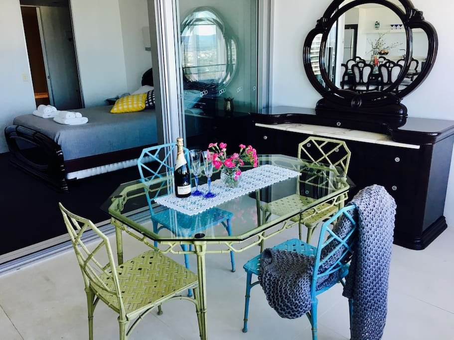 Beautiful apartment tastefully decorated with both classical Italian mahogany, English Chesterfield and Australian vintage pieces .. everything you need for a wonderful stay in Paradise .. Surfers Paradise !!