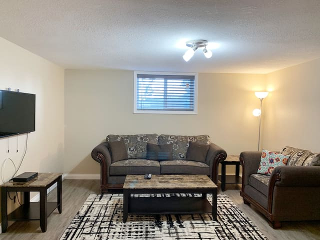 Cozy 2BR w/ AC || 5 mins to Nose Hill Park