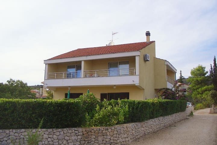 One bedroom apartment with terrace and sea view Vinišće (Trogir) (A-5229-a)