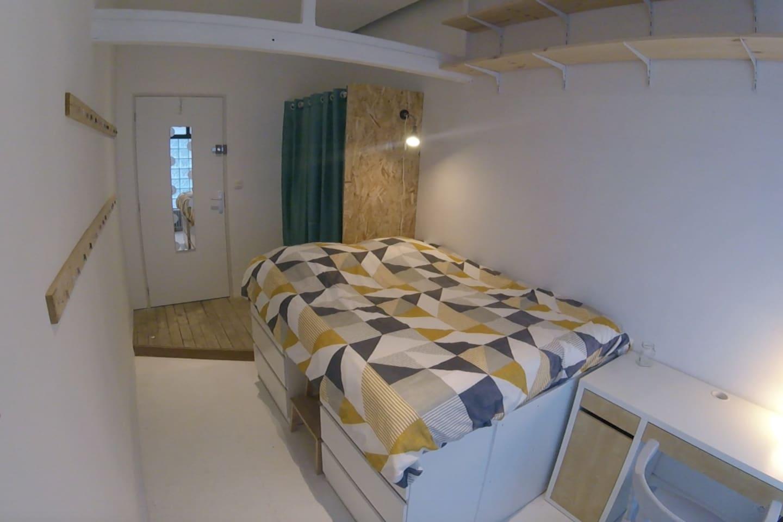Voici votre chambre de 10m2. Lit double de 140/190. Elle contient de nombreux rangements. Vous serez situé en plein coeur d'Amiens. Bon séjour.