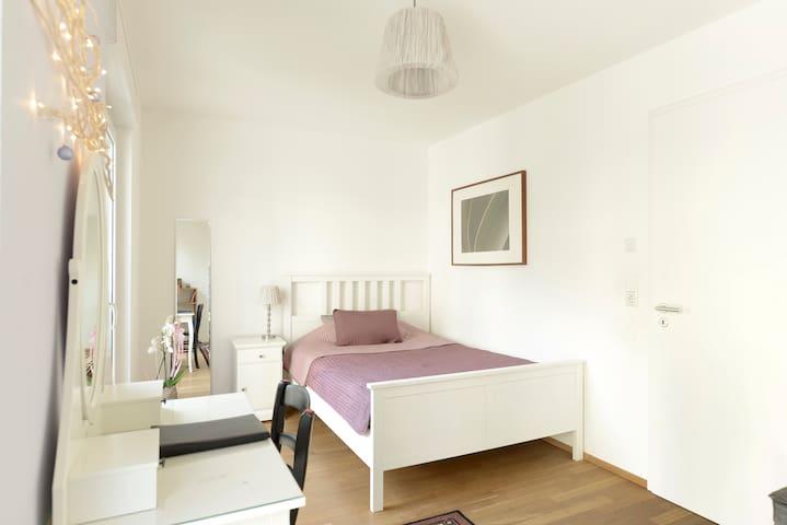 Helles Zimmer mit guter Anbindung zur Messe - Frankfurt am Main - Bornheim - House