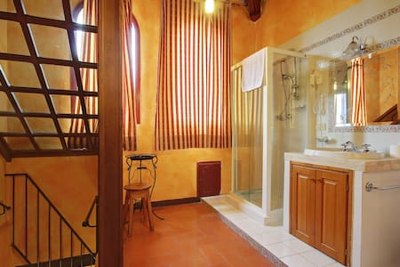 room with balcony and bathroom in the little tower - Bettolle - Bed & Breakfast