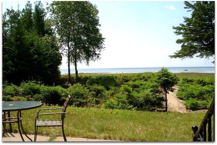 Directly on beautiful Lake Michigan~Private, Pet-friendly cottage! - Rapid River - Бунгало