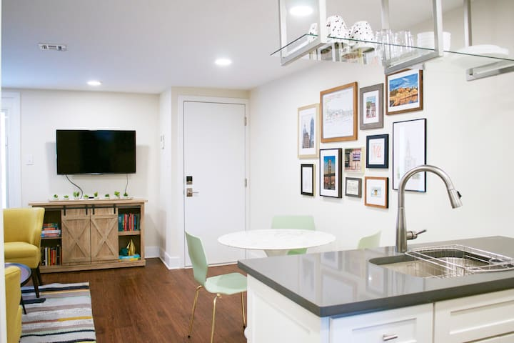 Gorgeous 1 bed Apt in Center City