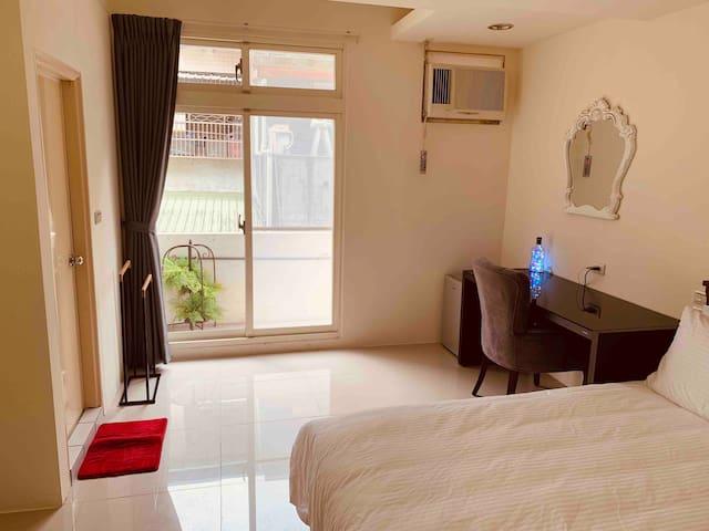 宜蘭市獨立陽台的雙人套房度假屋(本房源僅服務至8月止)